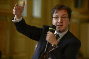 Serge Dorny. Der zukünftige Intendant präsentiert sich zufrieden bei seiner ersten Pressekonferenz in Dresden.
