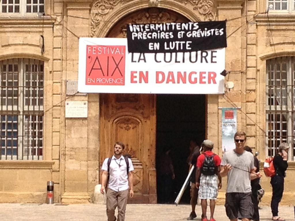Die Kultur ist in Gefahr! Steht auf dem Plakat über dem erzbischöflichen Palast in Aix-en-Provence. Foto: Sabine Weber