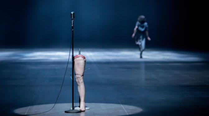 Ruhrtriennale! Absurdes, groteskes, großartiges Musiktheater! Romeo Castelluccis spektakuläre und experimentelle Sicht auf Morton Feldmans Oper Neither in der Bochumer Jahrhunderthalle