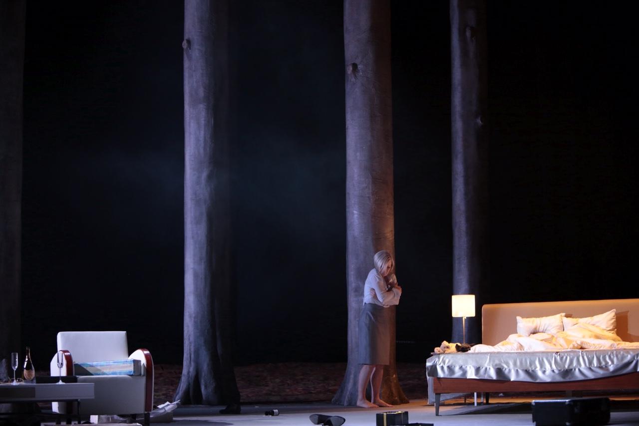 Der Wald als Drohkulisse in Normas Welt. Erika Sunnegårdh als Norma. Foto: Paul Leclaire