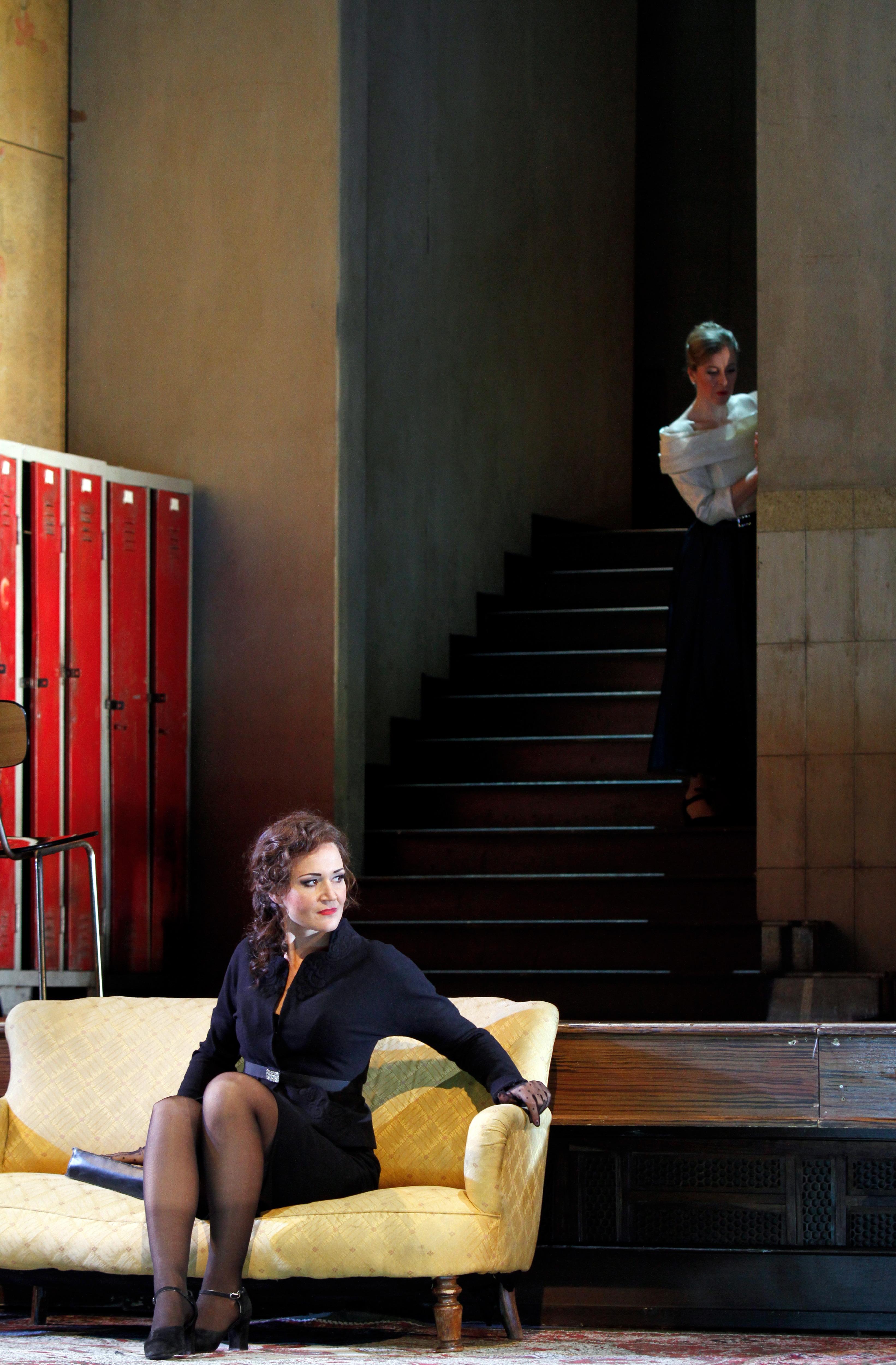Katrin Wundsam als Carmen in kleinem Schwarzen Foto: Klaus Levebvre