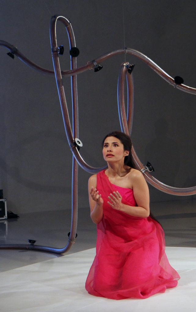 Adriana Batista Gamboa als Savitri in Bernhard Leitners Serpentinata. Foto: Klaus Levebvre