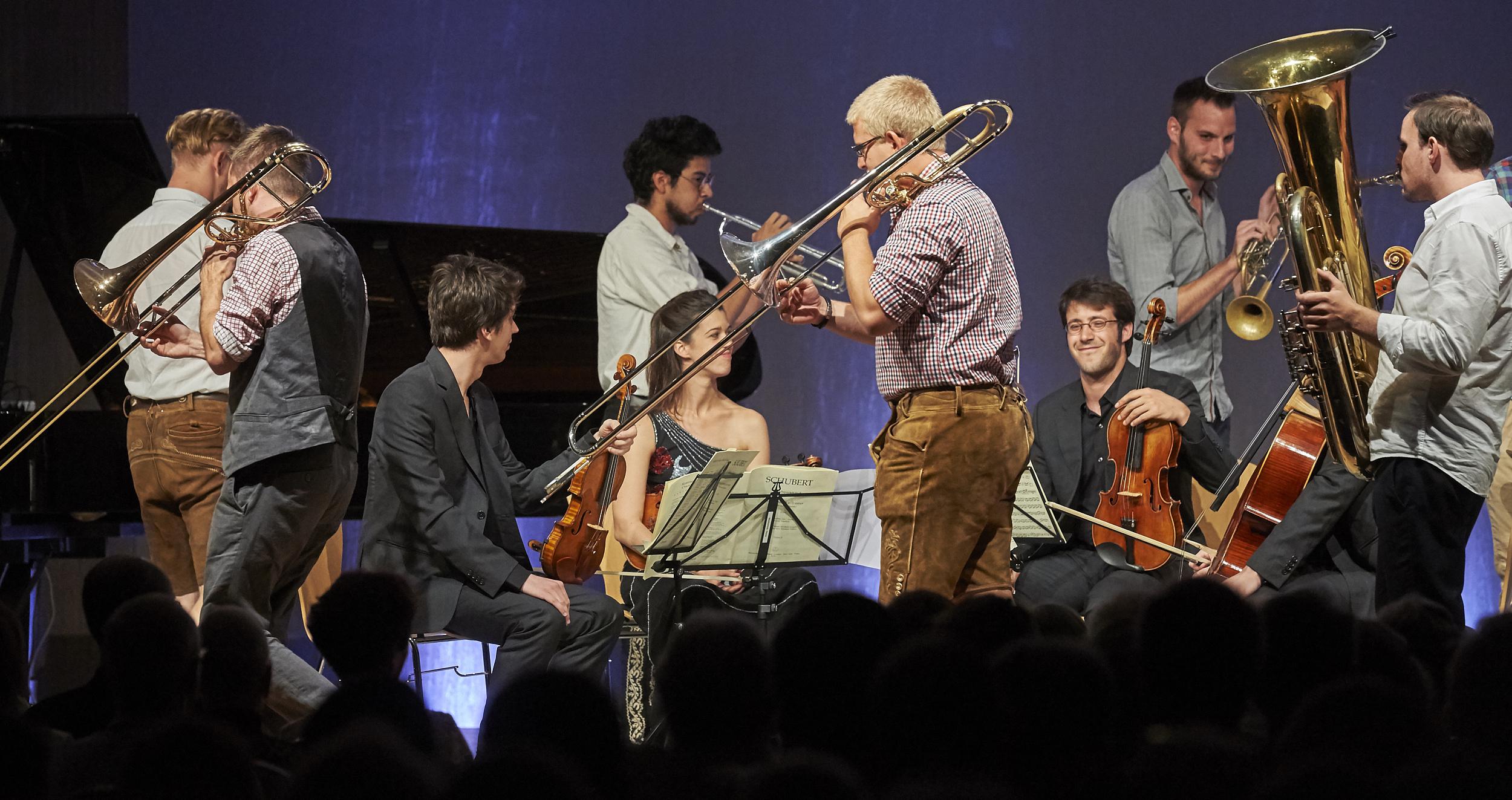 Bei der Festivaleröffnung umkreist Ensemble Federspiel das Cuartedo Gerhard. Foto. Yannick Andrea