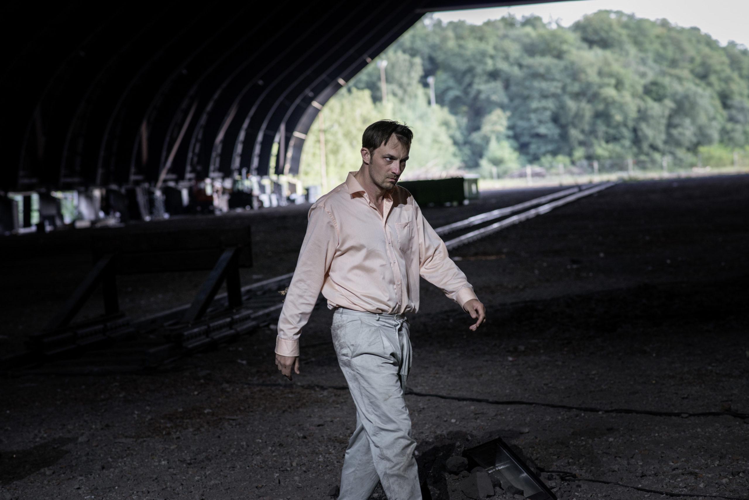 Das Leben ist die Hölle für Accatone. Auf der Ruhrtriennale ist das die Kohlenmischhalle der Zeche Lohberg. Foto: Julian Röder