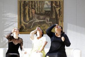 Das Weibliche trinkt sich Mut an. In der Mitte Ausrine Stundyte als Montezuma Foto: Paul Leclaire