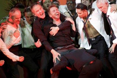 Männer rotten sich und halten zusammen! Ganz vorne Miljenko Turk als Cortez. Foto: Paul Leclaire