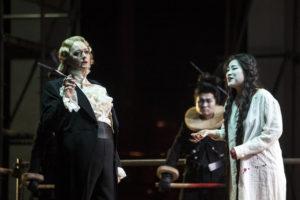 Catherine Foster als Turandot lässt sich nicht von Liù, Guanqun Yu , erweichen. Foto: Bernd Uhlig