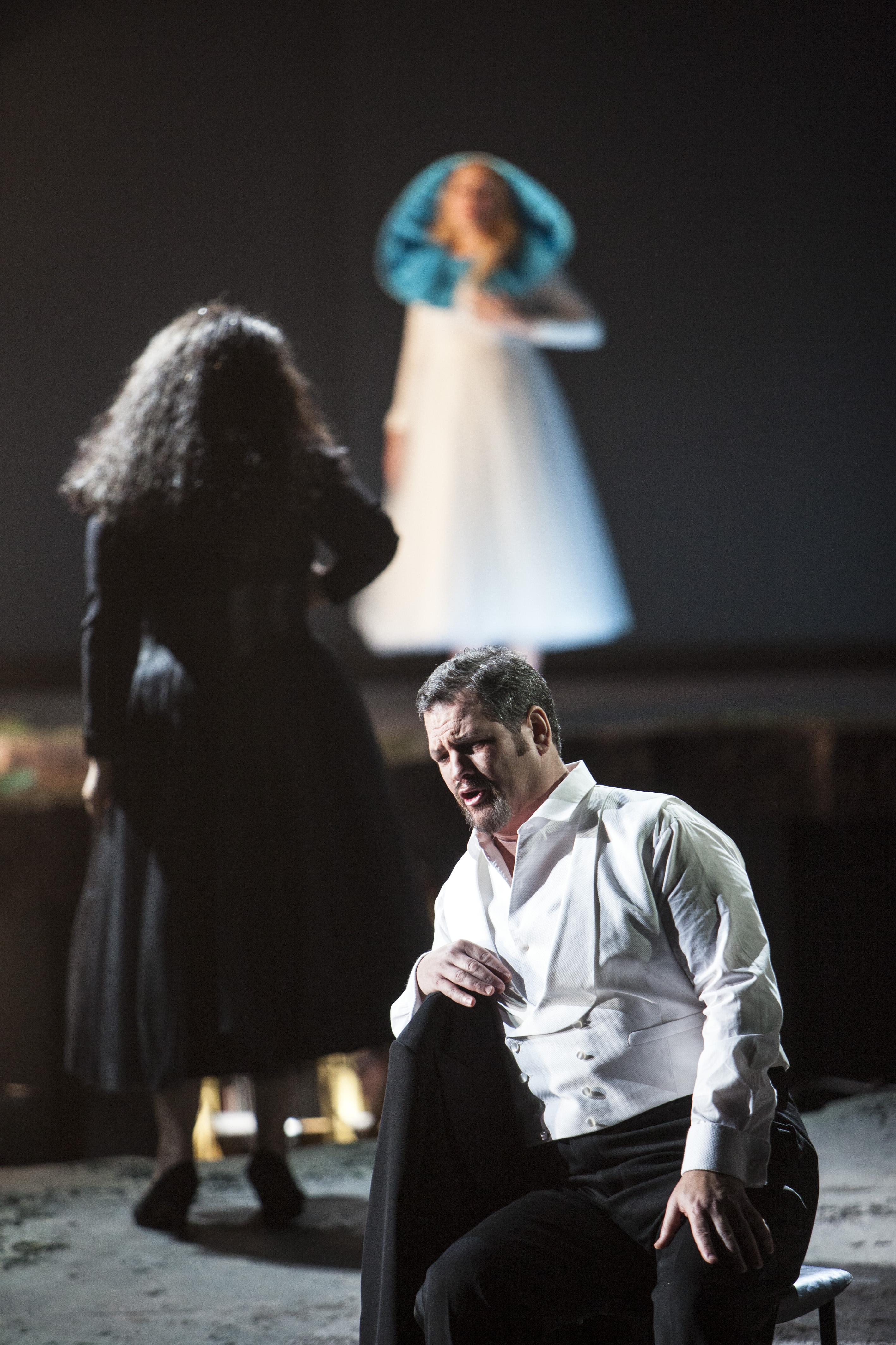Bild: David Pomeroy (Tannhäuser) und Dalia Schaechter (Venus), die auf die heilige Maria blickt. © Bernd Uhlig