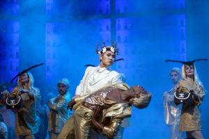 Kangmin Justin Kim als Prinz Orlofsky und sein Spielboy © Bernd Uhlig
