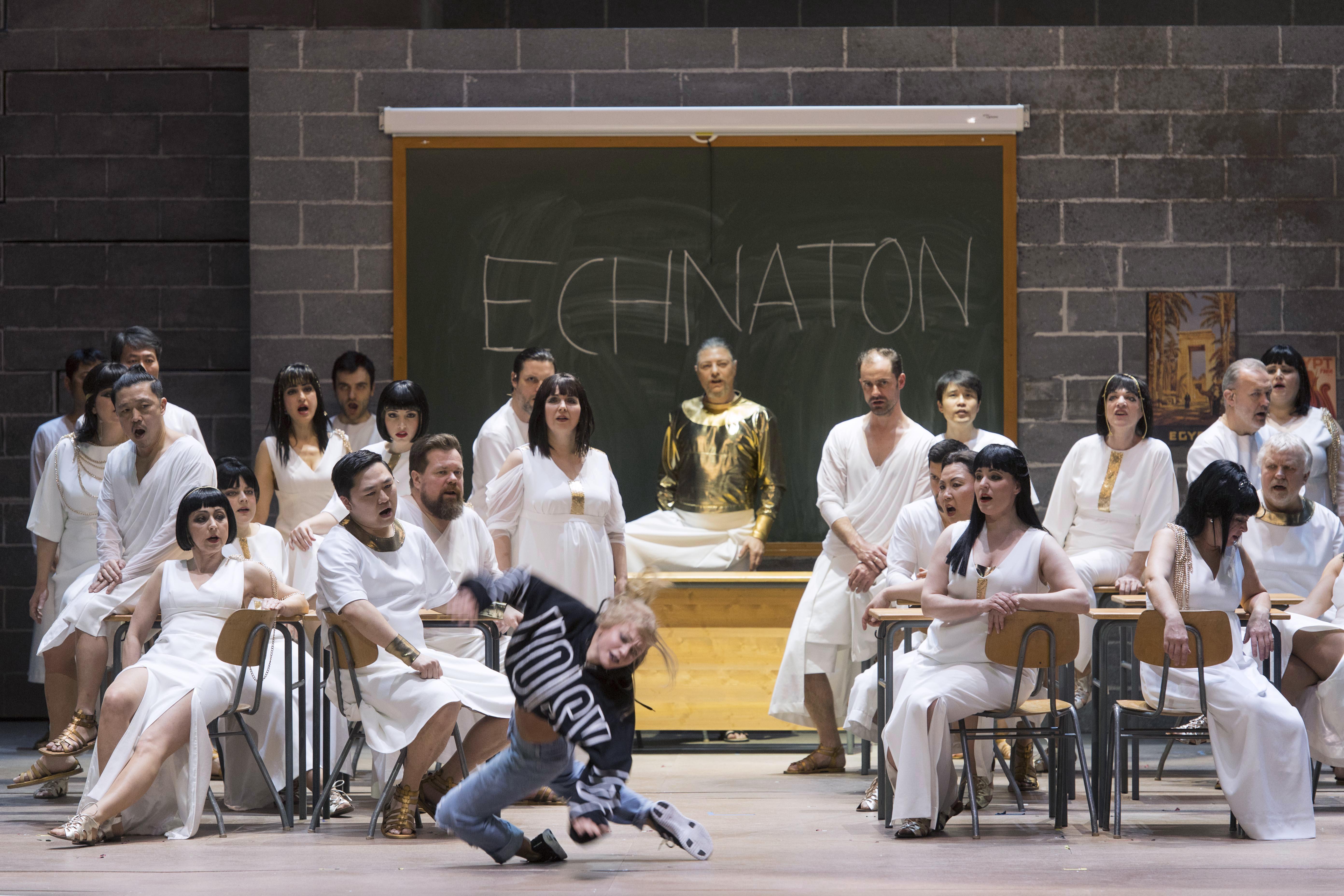 Echnaton im Schulunterricht und ein Mädchen (Tänzerin Katharina Platz) dreht durch. Foto: Thilo Beu