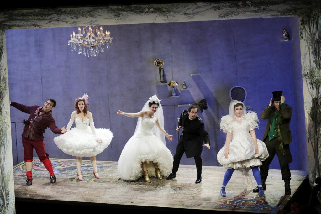 Drei Hochzeitspaare und ein Single mit Torte. In der Mitte Marchesa und Marchese Maria Kublashvili und Dino Lüthy. Foto: Paul Leclaire