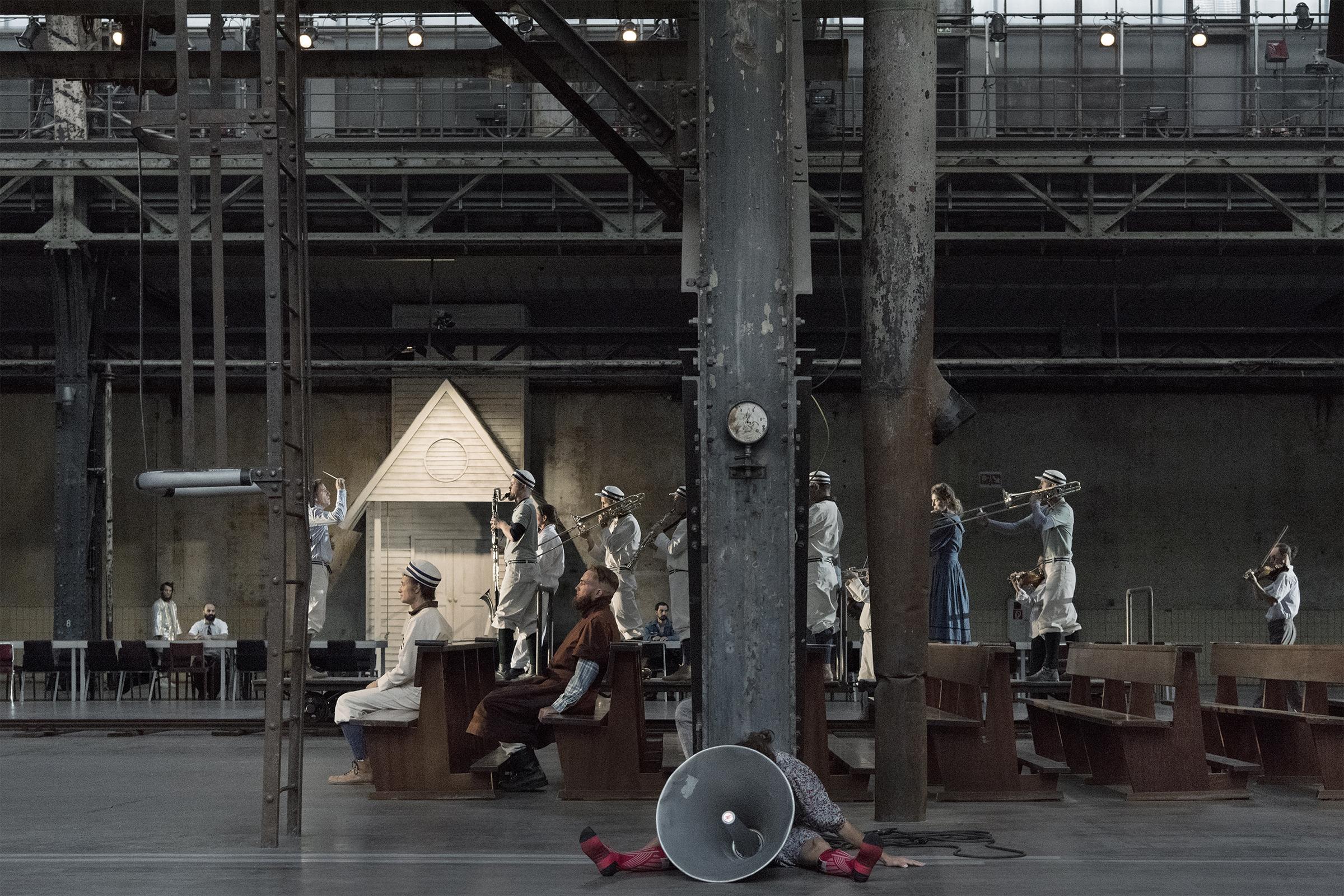 Eine Jahrmarktband auf Schiene. Titus Engel dirigiert Rhetoric Project. Foto: Walter Mair