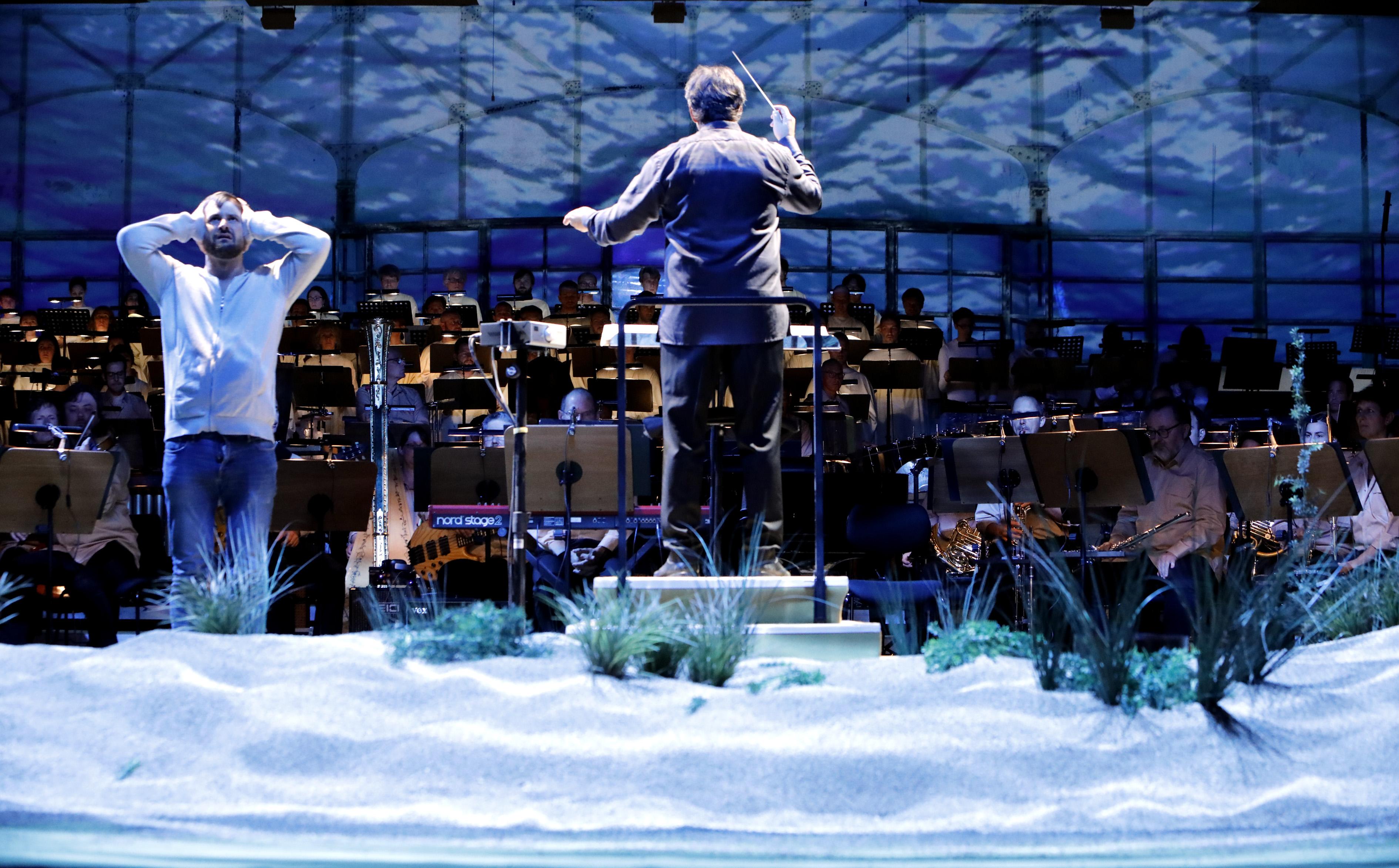 Die Bochumer Symphoniker bei der Ruhrtriennale für Hans Werner Henzes Floss der Medusa unter Wasser. Foto: Ursula Kaufmann