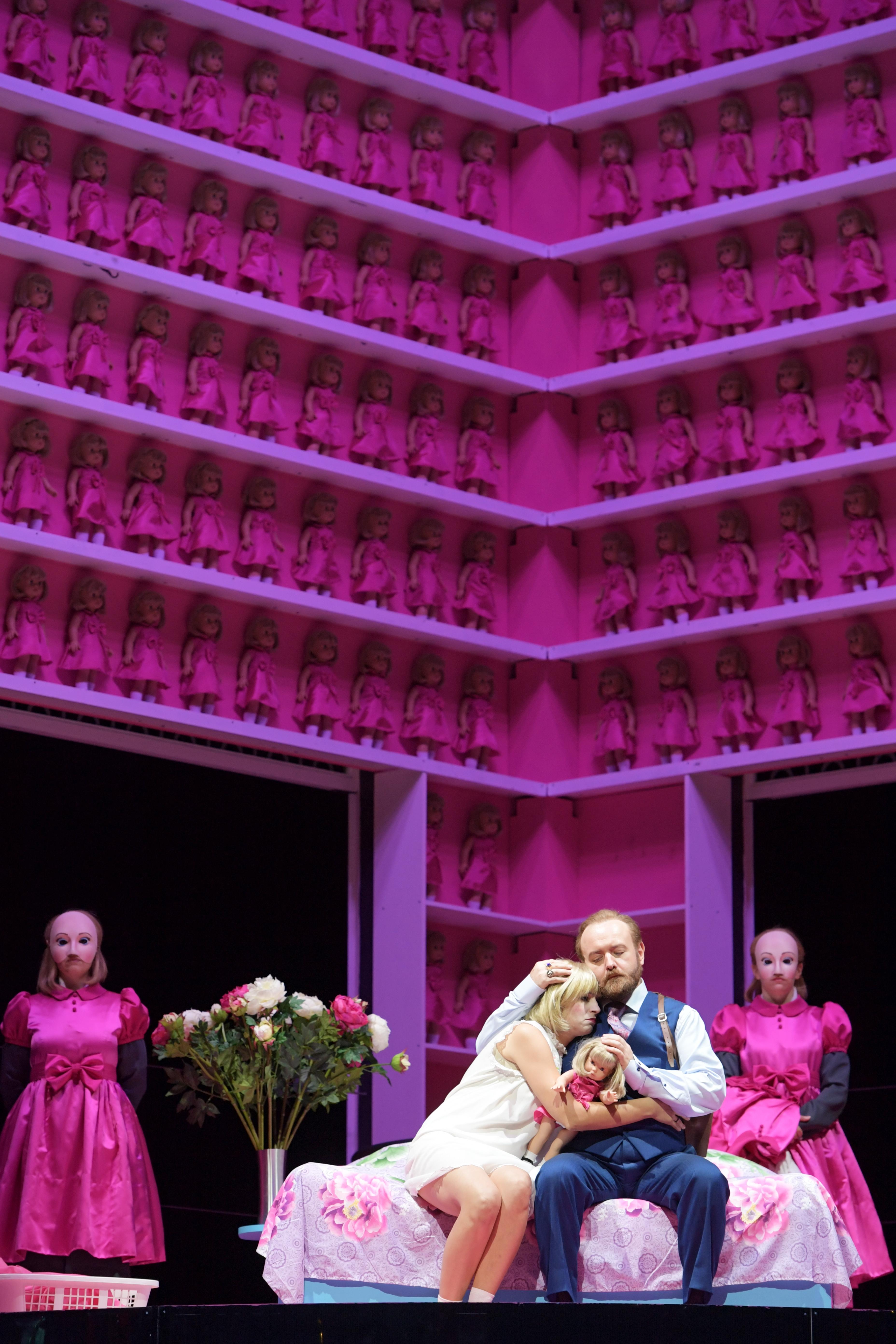 Asmik Grigorian  als Jolanthe und Robert Pomakov als König Renésowie Ensemble in der Puppenstube. Foto: Barbara Aumüller