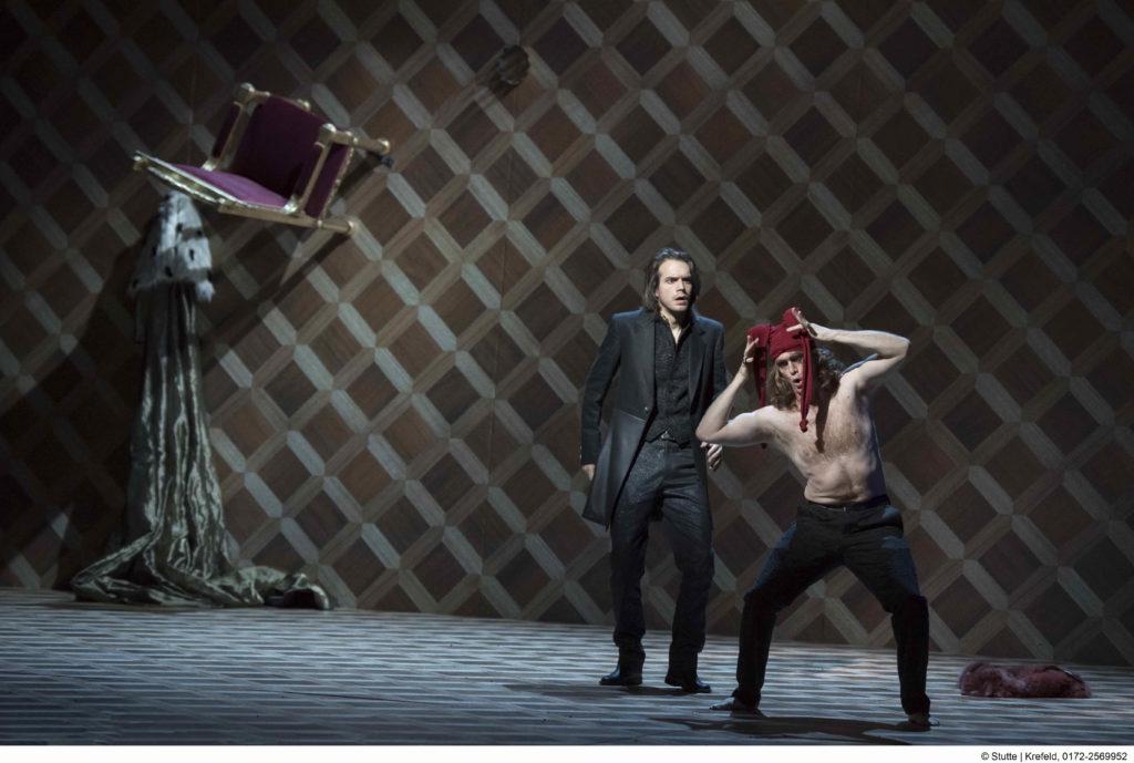 Hamlet (Rafael Bruck) und Andrew Nolen als Narr/ Geist von Hamlets Vater (Fotograf: Matthias Stutte)