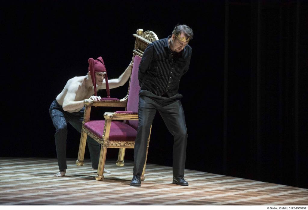 Claudius, Matthias Wippich, schleppt den durch Brudermord errungenen Thron. Foto: Matthias Stutte