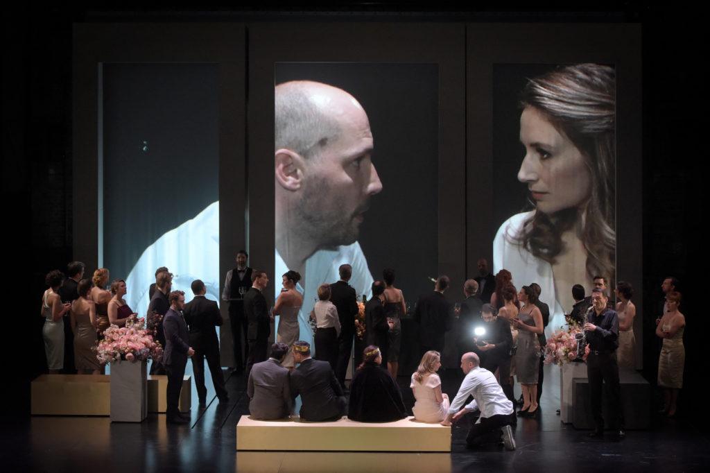 Hamlet, Stéphane Degout und Ophélia, Sabine Devieilhe, kommen sich immer nur ganz kurz nahe. Foto: Vincent Pontet