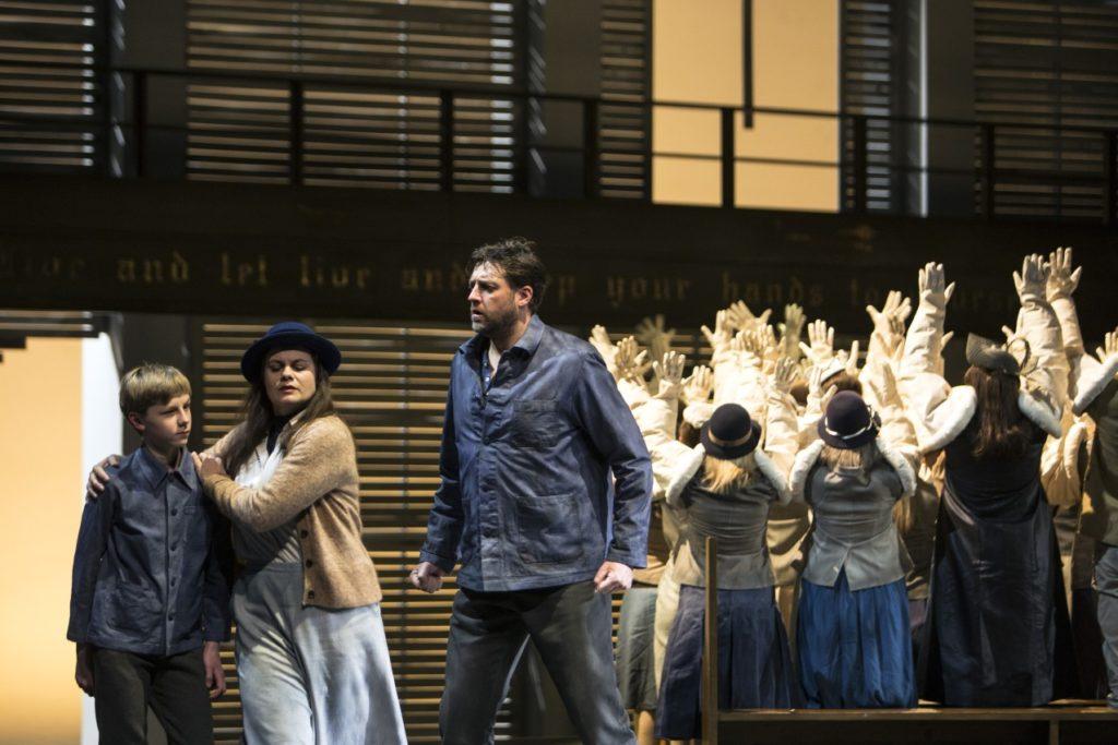 Ivana Rusko (Ellen Orford), Marco Jentzsch (Peter Grimes), Chor und Extrachor sowie Kinderstatisterie der Oper Köln Foto; © Bernd Uhlig