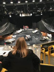 Gabriele Rech am Regietisch mit Blick in die Aula der Musikhochschule