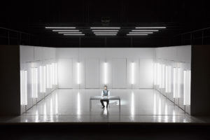 Die Eingangsszene. Max Aue im klinisch reinen Raum. Rechte: Annemie Augustijns (Fotografin) © Opera Ballet Vlaanderen
