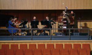 Ein Musikensemble unter der Leitung des Kontrabassisten Ulrich Fussenegger. Foto: Matthias Horn