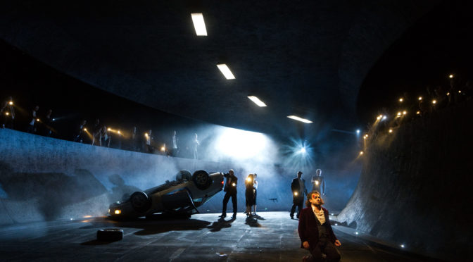 Im Tunnel! Roland Schwab inszeniert Verdis Don Carlos in Saarbrücken als düsteres Drama eines Verlorenen