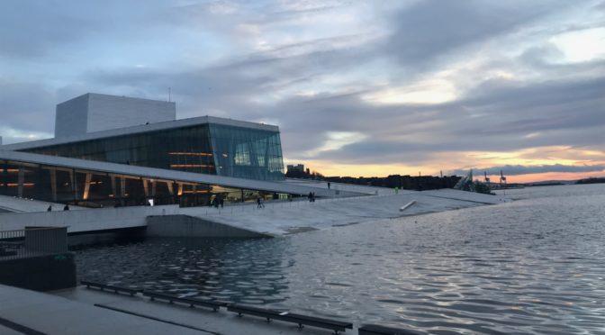 Das schönste Opernhaus Europas steht in Oslo! Oder? … Was man nicht sofort sieht ist, dass beim Innenausbau bis hin zu den Probebühnen und Werkstätten an die Menschen gedacht wurde, die sich darin wohlfühlen sollen!