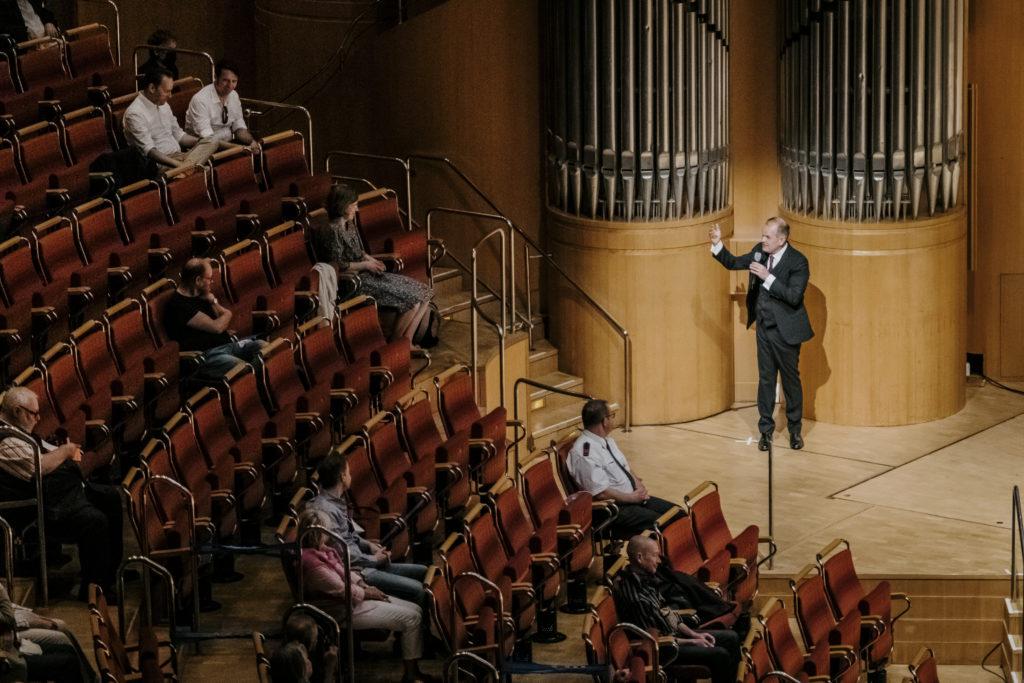 Gürzenich-Orchester first in der Kölner Philharmonie. Fraçois-Xavier Roth vergisst nicht, sein Publikum mit Mikrofon persönlich zu begrüßen.