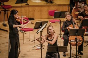 Gürzenich-Orchester first in der Kölner Philharmonie nach dem Coronalockdown. Die Soloflötistin Alka Velkaverh-Roskams spielt Mozarts 1. Flötenkonzert