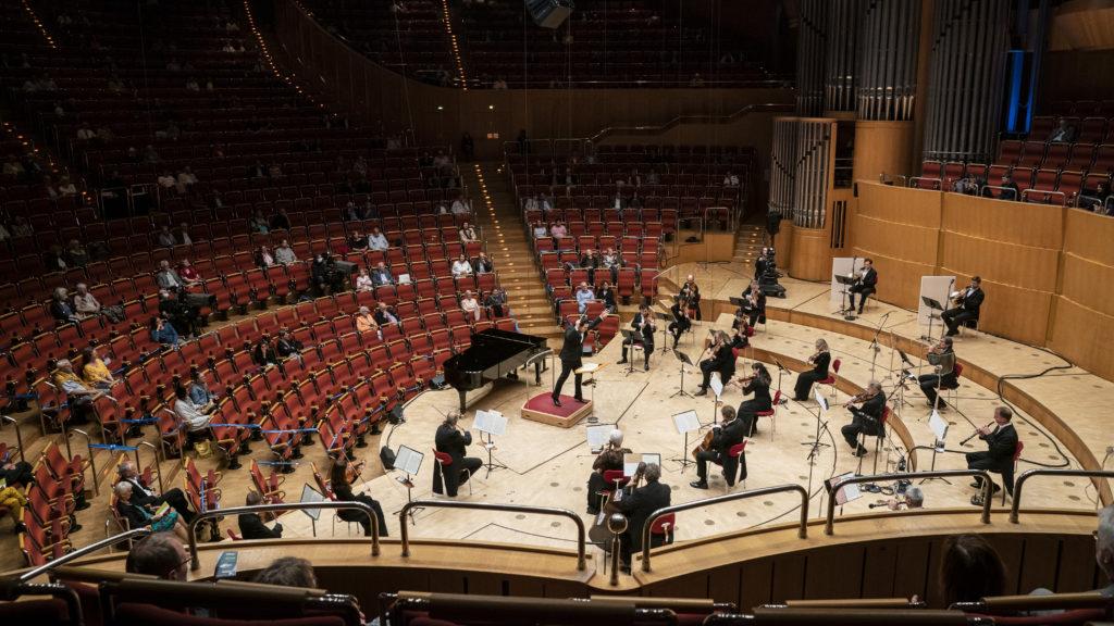 Das WDR Sinfonieorchester spielt wieder in der Kölner Philharmonie. Chefdirigent Cristian Macelaru ist optimistisch und hofft auf Wunder!