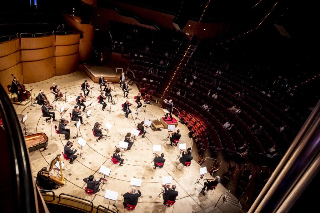 Für das Adagietto-Finale im Konzert des Gürzenich-Orchesters kommt noch eine Harfe aufs Podium.