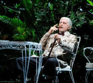 Max Emanuel Cencic setzt sich selbst mit Zigarre im Mund als Mafia-Boss in Carlo il Calvo im Markgräflichen Theater in Szene. In seiner eigenen Inszenenierung von Carlo il Calvo bei der Eröffnungspremiere von Bayreuth Baroque