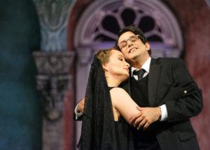 Franco Fagioli und Julia Lezhana verkörpern Verliebtsein sehr anschaulich in der Eröffnungspremiere von Bayreuth Baroque im Markgräflichen Theater Bayreuths. Max Emanuel Cencic führt in Carlo il Calvo Regie