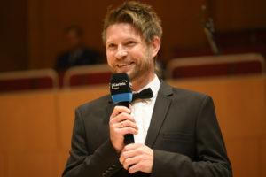 Statt Oktoberfest spielen die Münchner Philharmoniker auf. Dirigent Krzysztof Urbański unterhält sich mit dem Solisten Kian Soltani