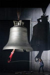 Die letzten Szenen im Züricher Boris Godunov werden von einer riesigen Glocke dominiert, in der einmal kopfüber ein blutüberströmter, nackter Mann hängt