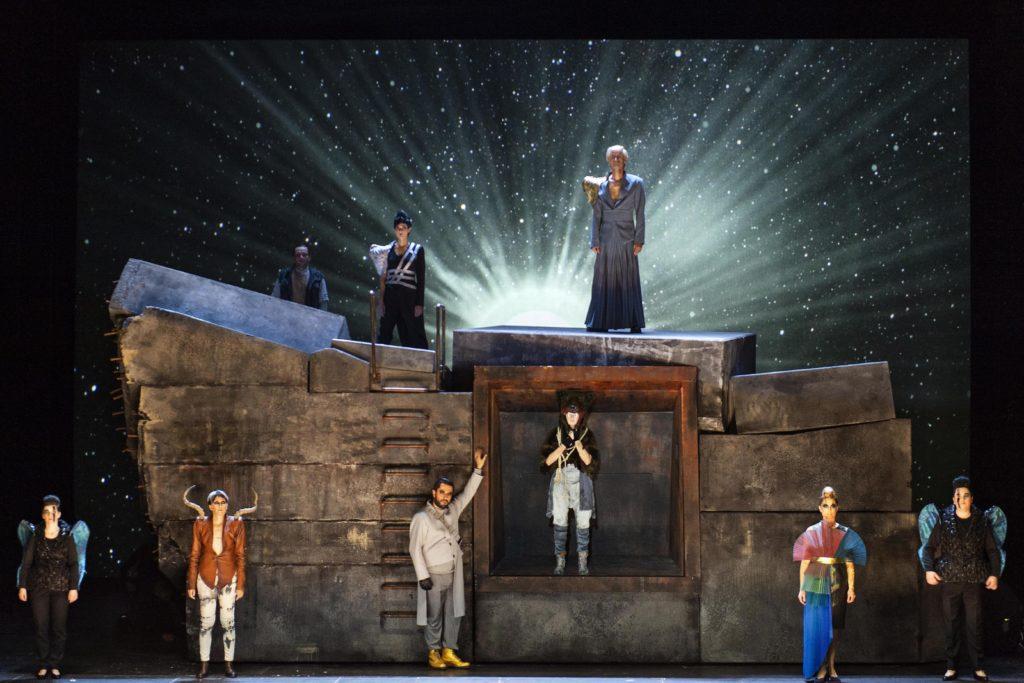 Das Ensemble im Schlussbild der Bonner Calisto-Produktion schickt die Nymphe Calisto in den Himmel! Der strahlt sternenkräftig durch Videoprojektionen von fettFilm