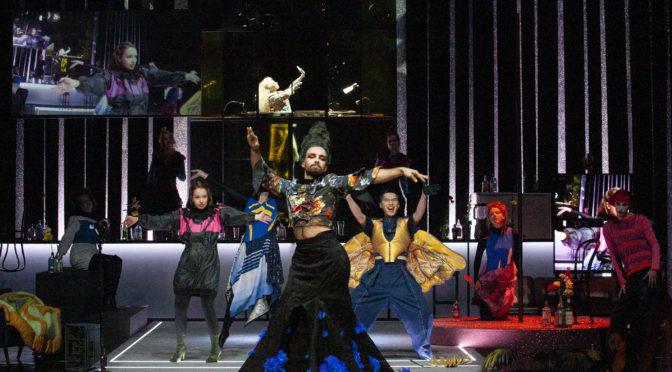 """Barock-Voguing in Aachen? In exaltiert aufwendigen Kostümen wird Cavallis """"Calisto"""" zu einer besonderen Show, die dem Stück gekonnt auf den Zahn fühlt!"""
