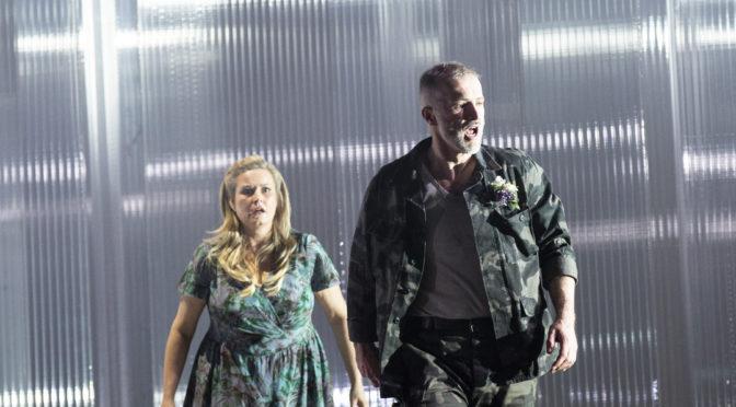 """Sozialdrama mit Kindsmord – Leoš Janáčeks """"Jenůfa"""" spielt sich in Berlin in eiskaltem Raum ab"""